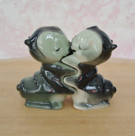 Vintage 1950s hugging 39 love bug 39 caterpillar salt and - Hugging salt and pepper shakers ...