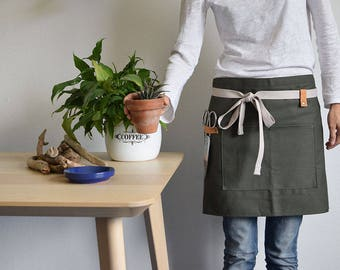 GARDEN HALF APRON Green cotton apron for gardeners and florists. Green apron with pocket and leather hooks.