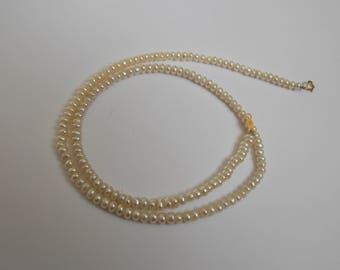 old necklace of pearls on clasp in gold 750 18 k