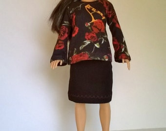 Lammily shirt in black with rose motifs in red and trumpet sleeves