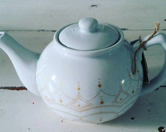 Beautiful elegant hand painted 5 cup teapot  - intricate gold deign