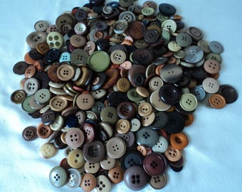 French vintage assorted craft buttons - over 400 buttons (04657)