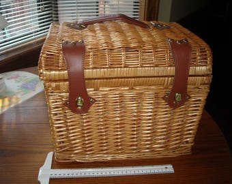 PICNIC TIME Brand Large Wicker Picnic Basket With All The Extras