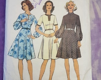 Style 4530 Day Dress 1970s Womens Vintage Sewing Pattern Size 10