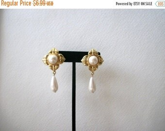 ON SALE Retro 1960s Chunky Gold Tone Faux Pearls Clip On Earrings 22617