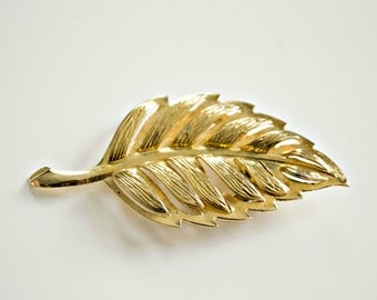 vintage scarf clip . gold tone leaf scarf holder . scarf ring . vintage costume jewelry