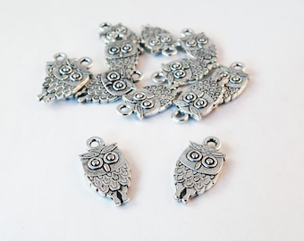 BCP106 - 2 charms pendants OWL designs silver metal feathers / 2 Antiqued Silver Cute Owl during Feather Charm Vintage parts