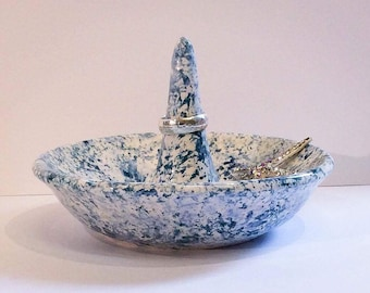 Jewellery dish in blue and white.