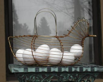 Vintage Nesting Hen Woven Wire Egg Basket Brass Chicken Wire Carrier Farmhouse Kitchen Storage Tote