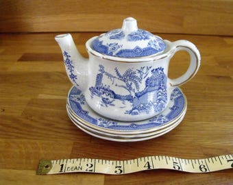 A lovely Shellware childs Teapot with three  plates, Willow Pattern