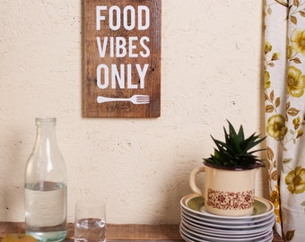 Upcycling wooden sign: food vibes only