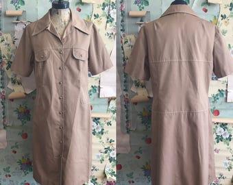 Vintage 1960s/1970s Suburban Corner Khaki Shift Safari Dress. Large. Tan, collared, brown, button down.