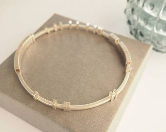 Kinetic bangle with rectangle moving pieces