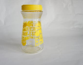 Vintage Juice Pitcher, Retro Sunny Yellow Glass Pitcher with Plastic Flip Top Lid, Glass Carafe Jug