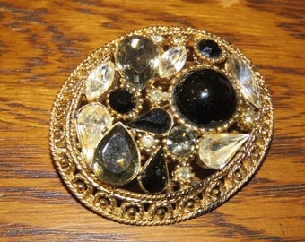 "1980s Oval ""Victorian"" style brooch"