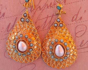 Galvanatura gold earrings with gemstone coral and pearls.