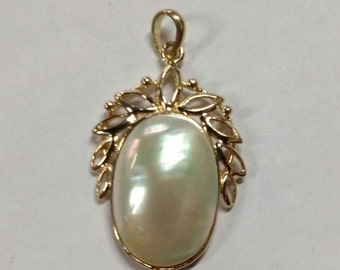 18k Mother of Pearl Pendant