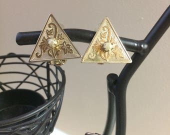 Vintage Gold-Tone Triangle Leaf Etched Clip On Earrings with Pearl