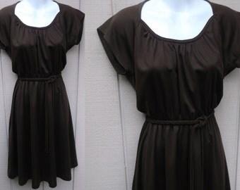 Vintage 70s Brown SECRETARY DRESS w/ Sweetheart Neckline // Ladies sz Sml