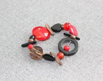 bracelet, bracelet élastique, rouge, noir, bois, jade, verre, bracelet féminin, québécois, etsyquebec, fait au quebec, contemporain, coloré