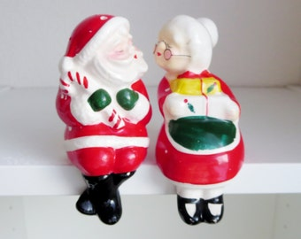 Vintage Santa Claus and Mrs Claus Kissing Salt and Pepper Shakers - Christmas Shakers - Santa & Mrs Claus Sitting Kissing - Shelf Sitters