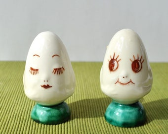 Vintage 1950's egg salt and pepper shakers, eggs with faces, anthropomorphic eggs, man and woman, sweet faces