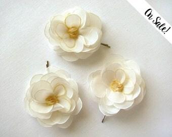 Three milk white roses - hair bobby pins - bridal hair pins - ***Item on sale*** Previous price : 36 EUR