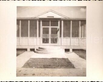 Vintage Photo, Screened Cottage Beautiful, Black & White Photo, Found Photo, Vernacular Photo, Deckled Edge, Snapshot, Old Photo   0912