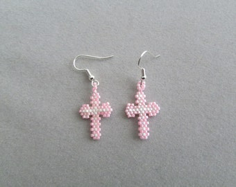 Kleine roze en wit kralen Kruis oorbellen