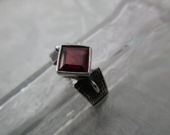 vintage sterling silver and red stone ring - size 8