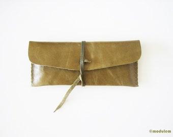 The Two Tone Forest Green Pouch - rustic leather pencil case, hand stiched, military green, waxed, étui en cuir fait à la main, 3x7