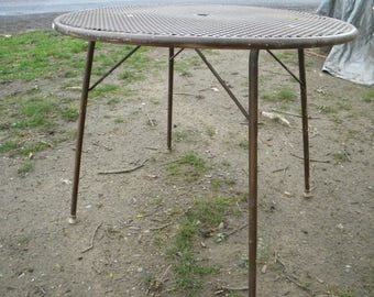 nice sturdy 1950s 1960s FOLDING COLLAPSIBLE iron and metal mesh PATIO table woodard salterini