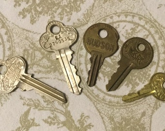 Vintage Decoritive Keys Set of Five Steampunk Jewelry Supplies