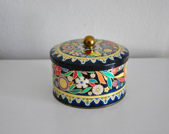 ON SALE Vintage Floral Round Tin Designed by Daher, Long Island, NY Made in England
