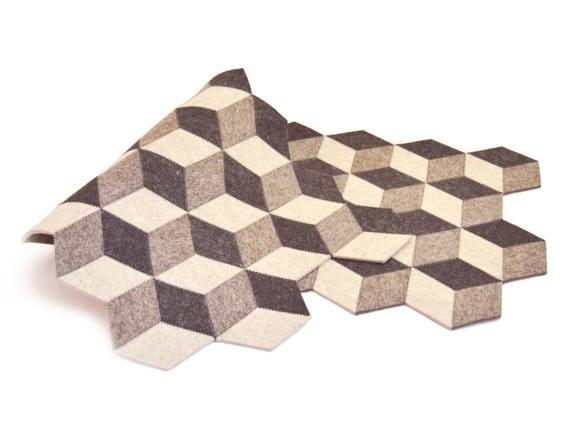 Dark grey felt table runner / wool felt runner / geometric runner / grey runner / felt runner / handmade / made in Italy