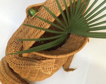 Vintage Frog Planter Large Whimsical Wicker Woven Plant Stand Reed Basket Bohemian Chic Eclectic Home Decor Zen Waste Basket Furnishing