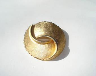 Vintage Gold Coro Pin - Gold Tone Round Brooch - Costume Jewelry  1960s 3638