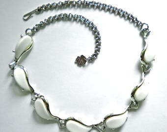 White Lucite Thermoset Plastic & Silver Tone Links Necklace Excellent Vintage 1970s
