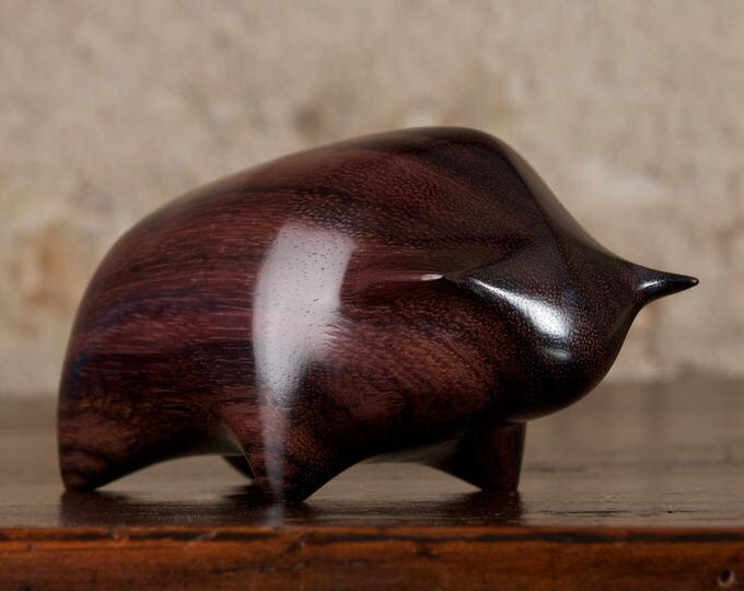 Image de l'article à la une: Toro Bull Sculpture Hand Carved From Dark Sonokeling Rosewood by Perry Lancaster