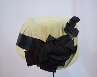 Vintage 1940s pale green brimmed cloche trimmed with black satin ribbon and flowers