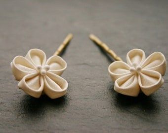 Set of 2 bridal silk Kanzashi flower hairpins, ivory, silk dupioni, hairclips, bobby pins, silk flowers, hairflowers, hair accessory, cream
