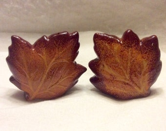 Vintage ceramic maple leaf shaped salt and pepper shakers. Free ship to US.