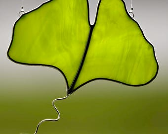stained glass green ginkgo biloba leaf suncatcher, stain glass ginkgo ornament, green leaf, glass leaf