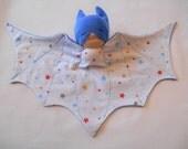 Doudou chauve souris, super héros, bat doudou bleu