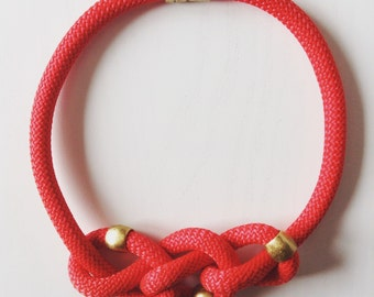 Suzane red collar