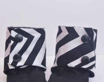 stay on booties, monochrome baby, black and white, mothers day gift, baby shower gift, crib shoes, kam snaps, chevrons, baby shoes, slippers