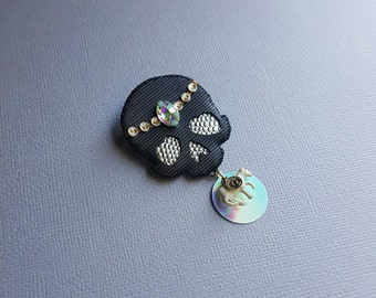 Good Luck Charm skull pin - black
