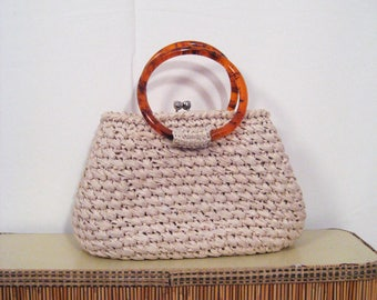 1950s 1960s cream crochet straw purse • 50s 60s raffia handbag with kiss lock clasp and tortoise handles • vintage gotta travel on bag