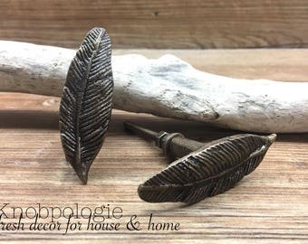 SET OF 2 - Feather Knobs - Antique Bronze Cast Metal Knob - Decorative Drawer Pull - Bird Feathers  - Cabinet Kitchen Decor - Natural Bronze