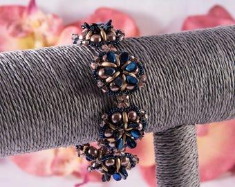 Bead bracelet, blue flower, metallic
